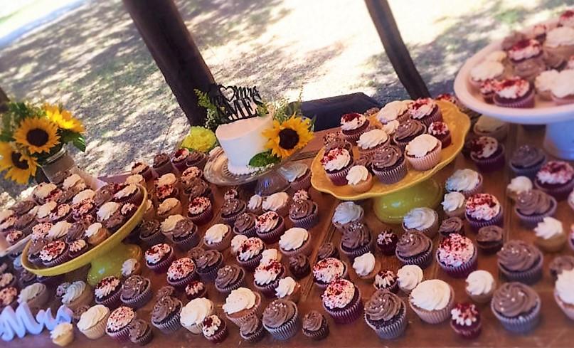 175 classic cupcakes, 100 mini cupcakes, 6'' classic simple cutting cake