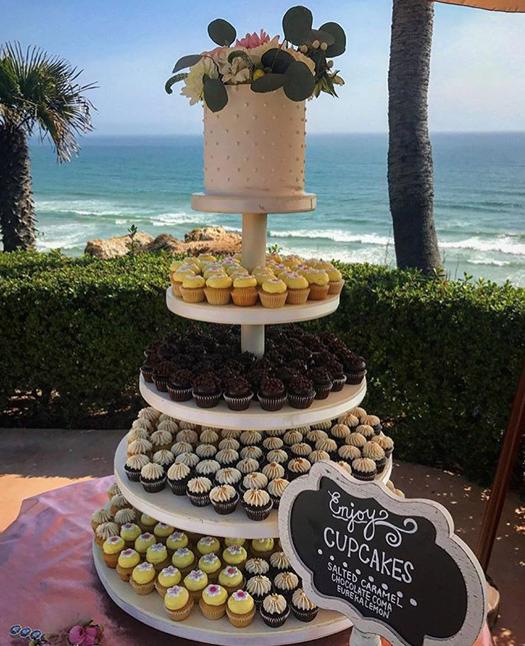"350 mini cupcakes / 6"" swiss dots cutting cake"