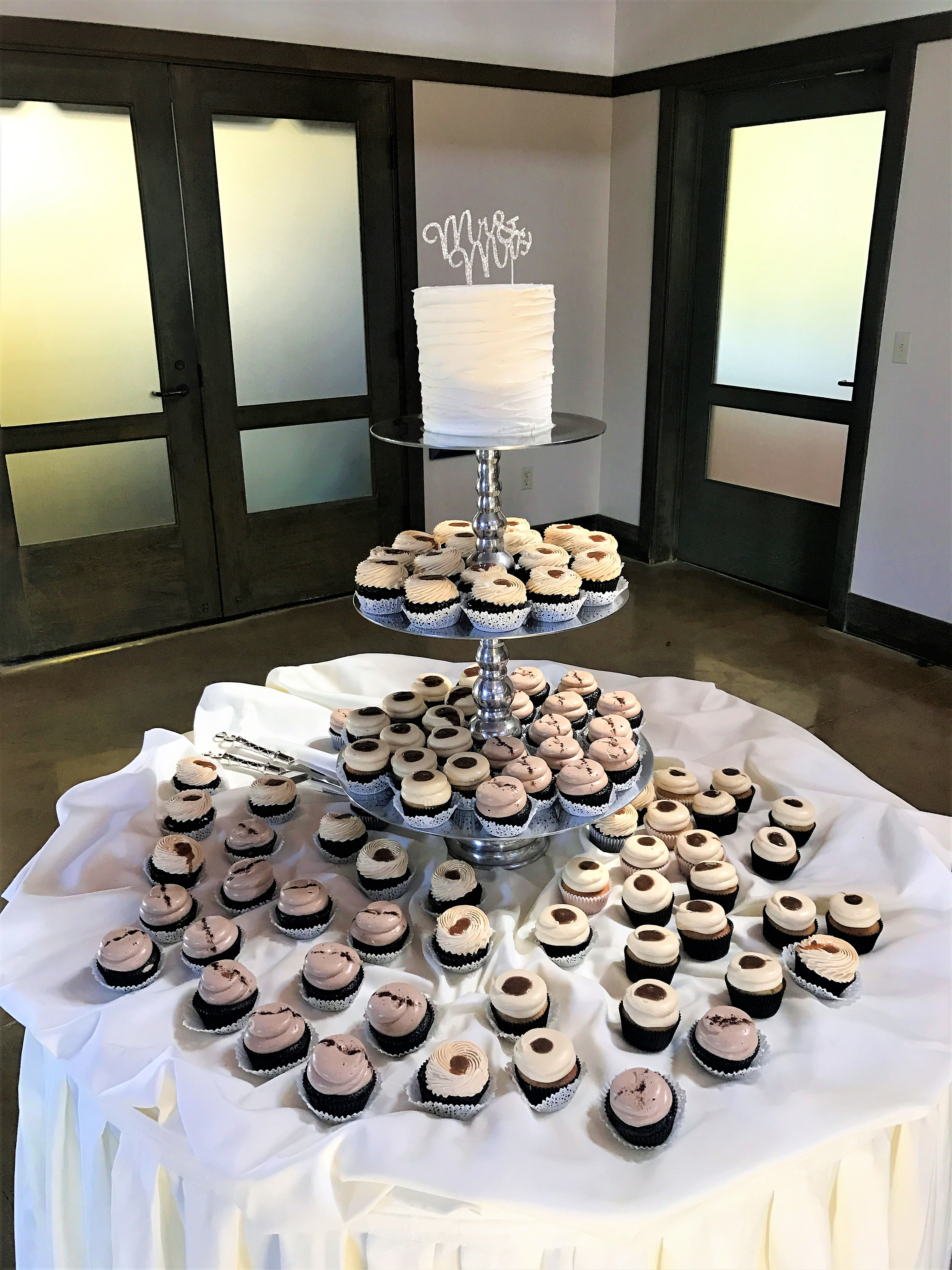 "100 cupcakes, 6"" ribbed cutting cake"